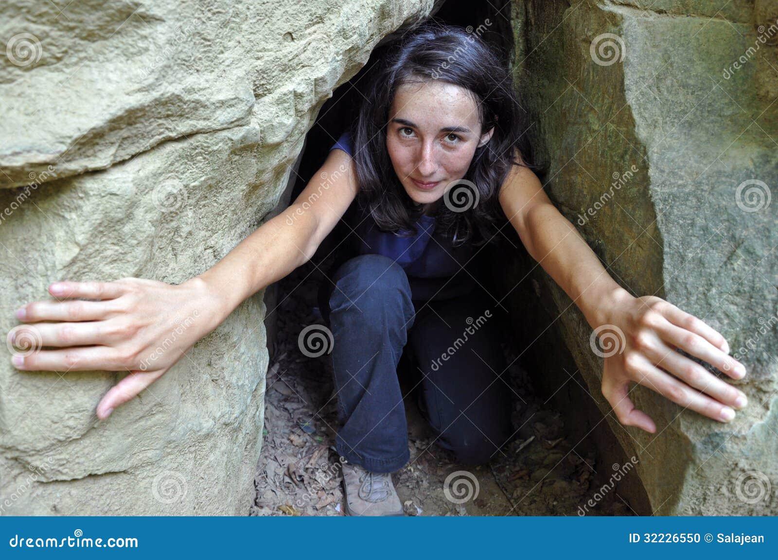 Download Uma Menina Em Uma Entrada Pequena Da Caverna Foto de Stock - Imagem de alegria, outdoor: 32226550