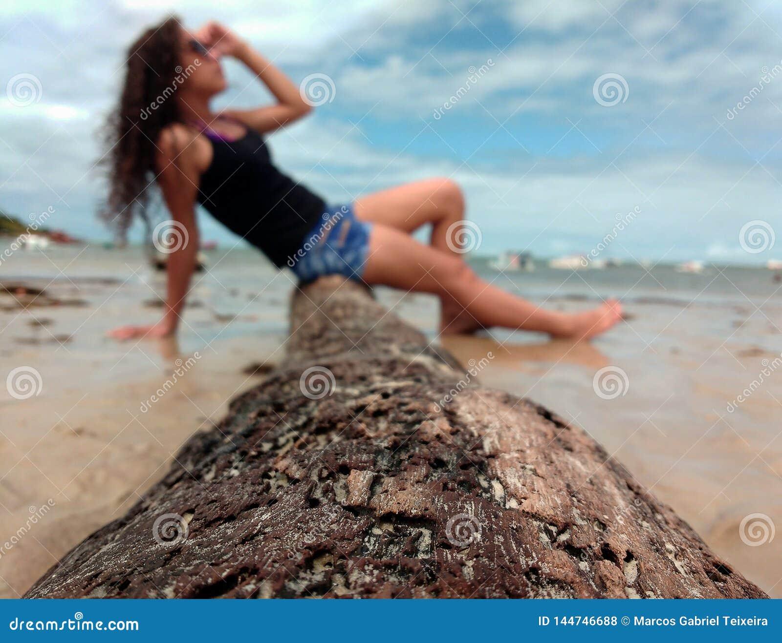 Uma menina na praia de Brasil