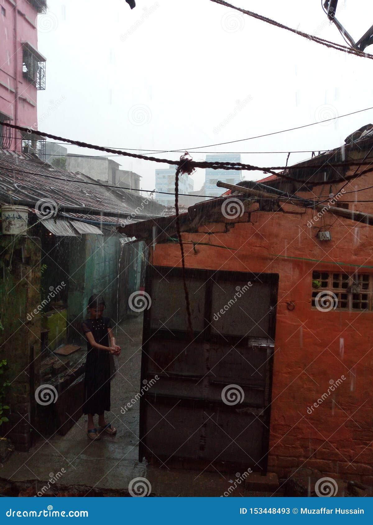 Uma menina que faz o divertimento com chover