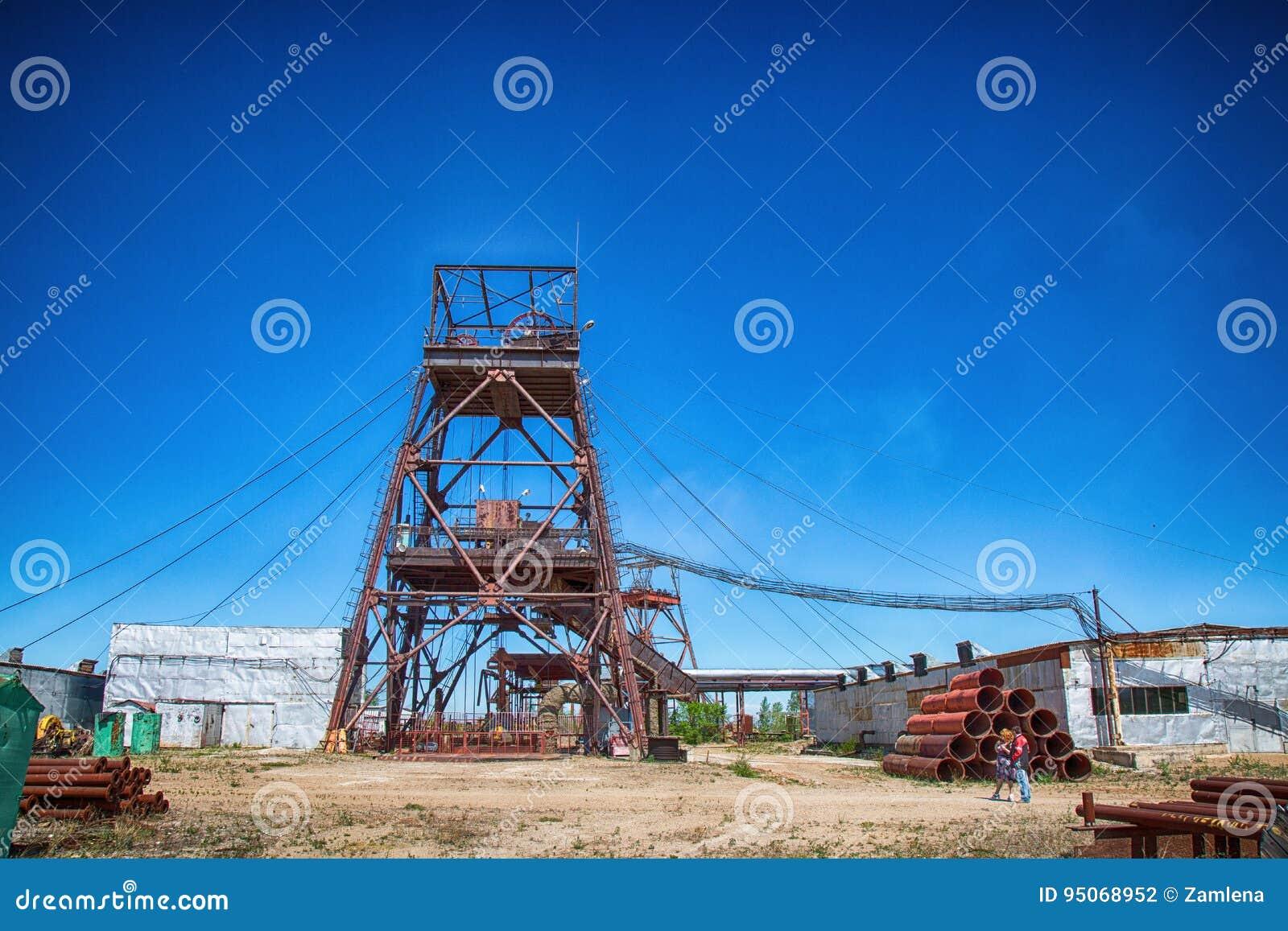 Uma mina subterrânea velha, abandonada