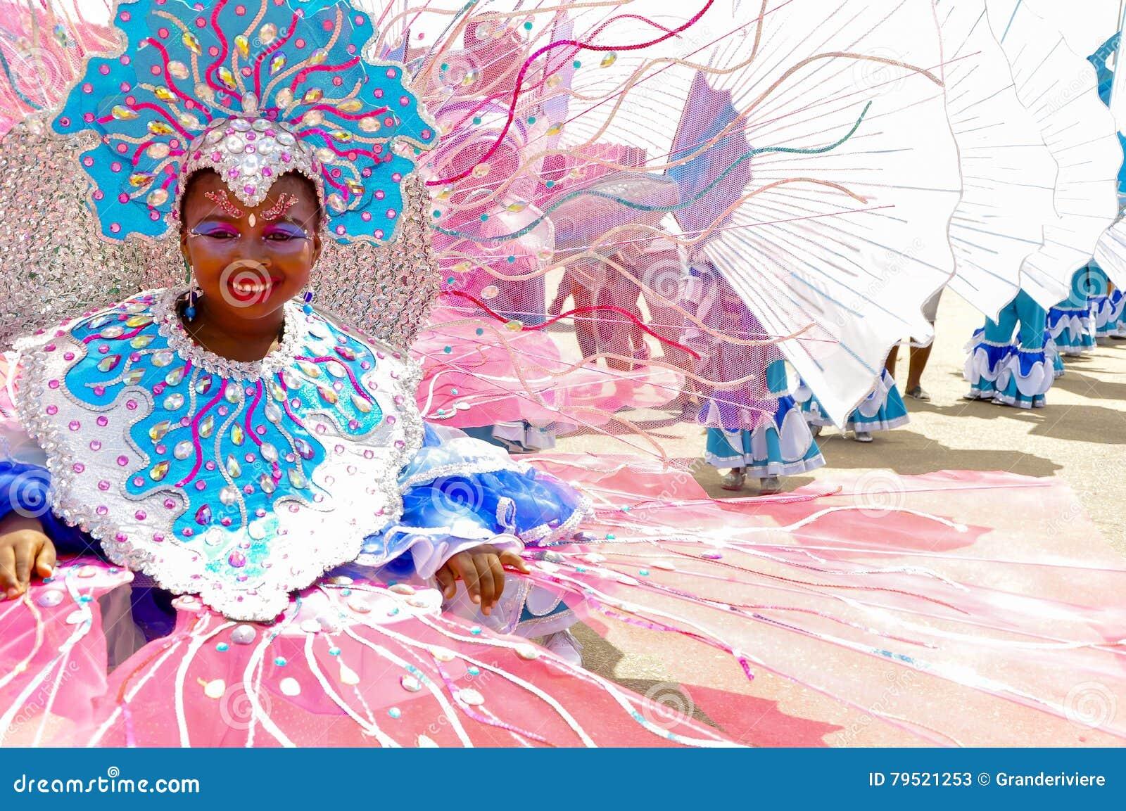 Uma moça veste um traje que descreve o recife de Buccoo em Tobago como parte da herança subaquática cultural nacional