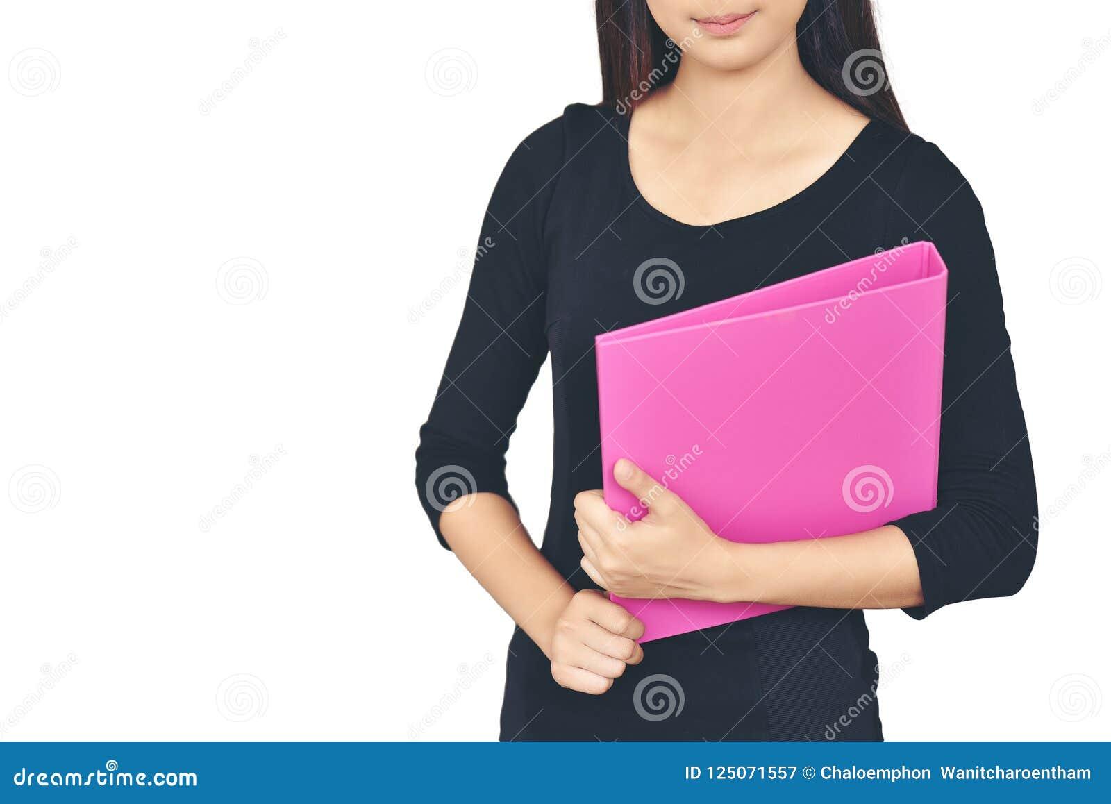 Uma mulher asiática que veste uma camisa preta que sorri guardando um docu cor-de-rosa