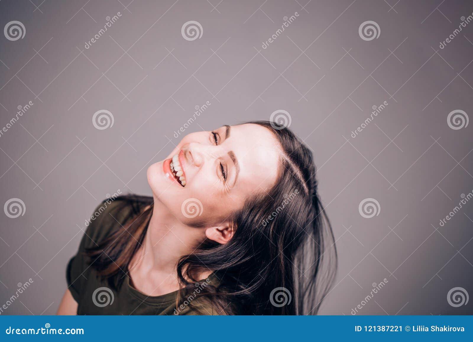 Uma mulher bonita é rir sem parar Muito engraçado Emoções humanas positivas e expressões faciais