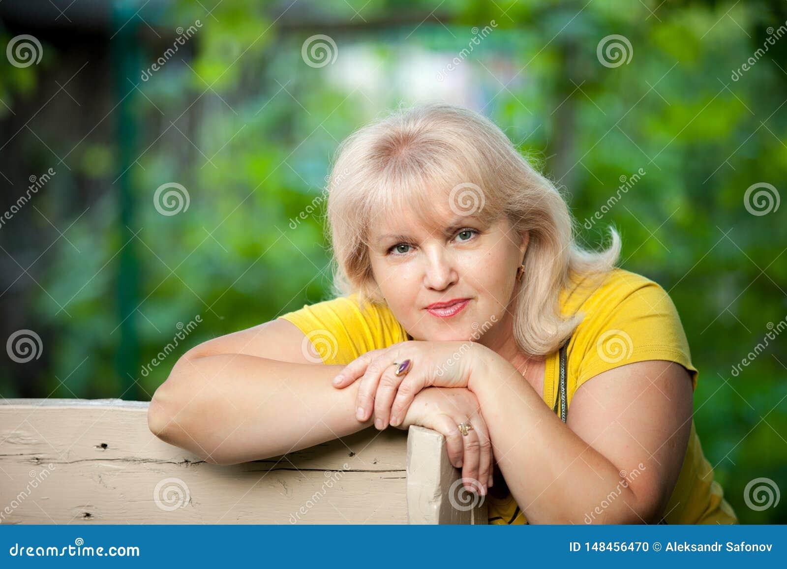 Uma mulher crescida em um fundo verde