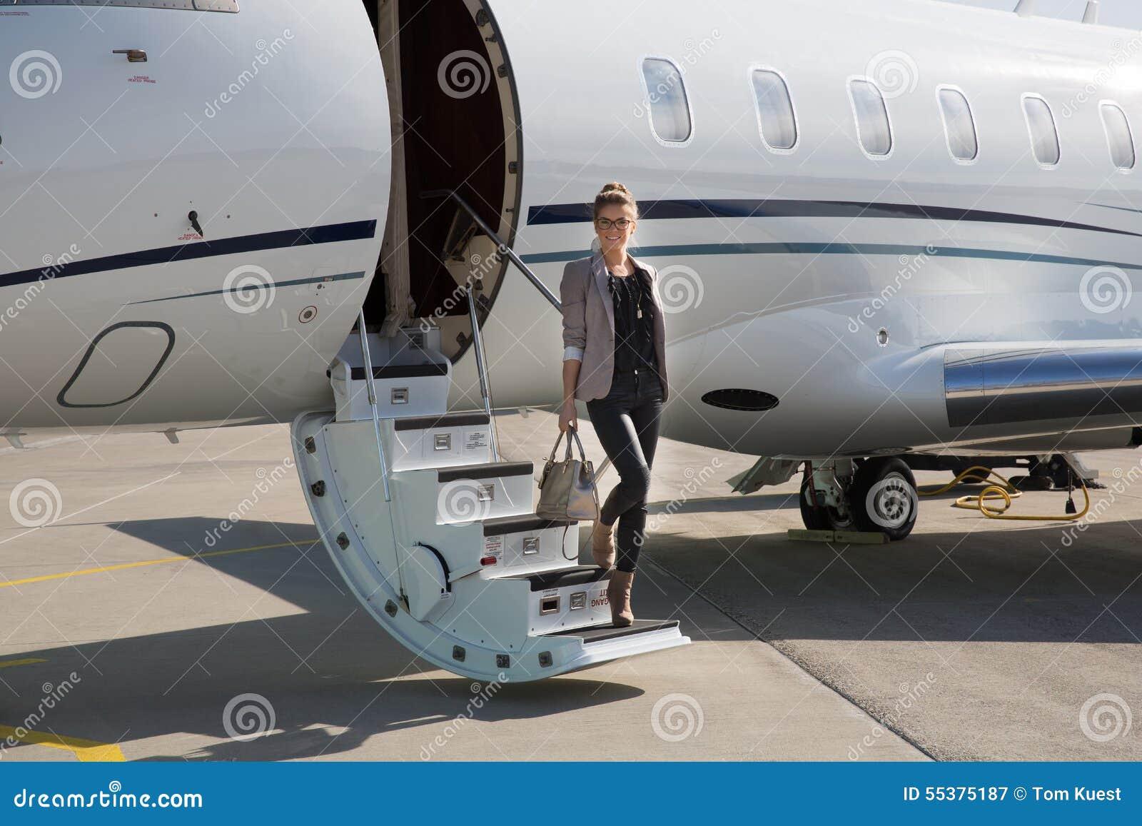 Uma mulher de negócio executiva que deixa um plano