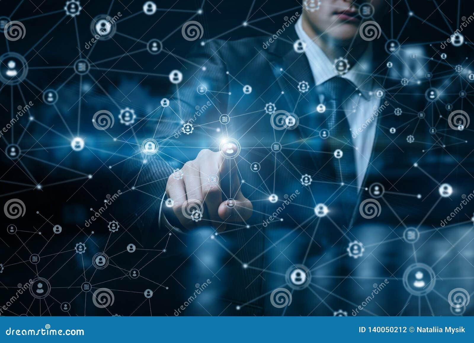 Uma mulher de negócios que opera-se com estrutura das conexões dos trabalhos em rede