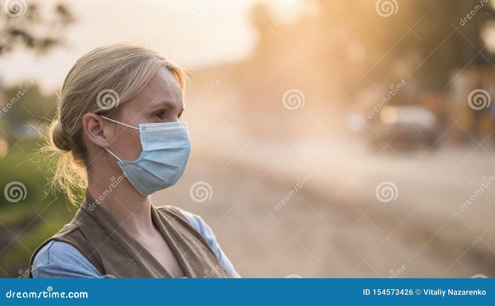 Uma mulher em uma atadura da gaze está em uma estrada empoeirada Conceito do ambiente e da ecologia