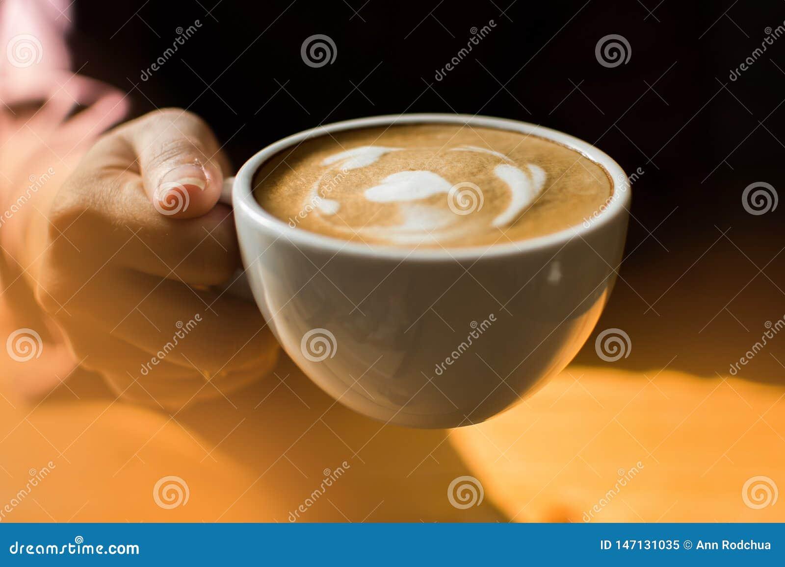 Uma mulher está guardando uma xícara de café