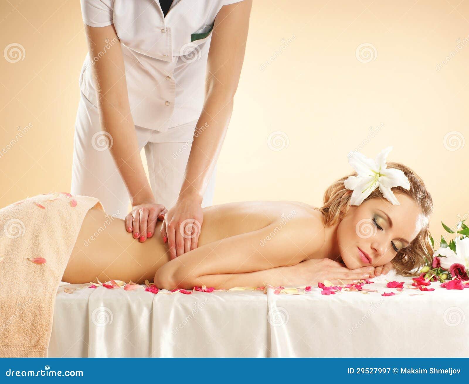 Uma mulher loura nova em um procedimento da massagem