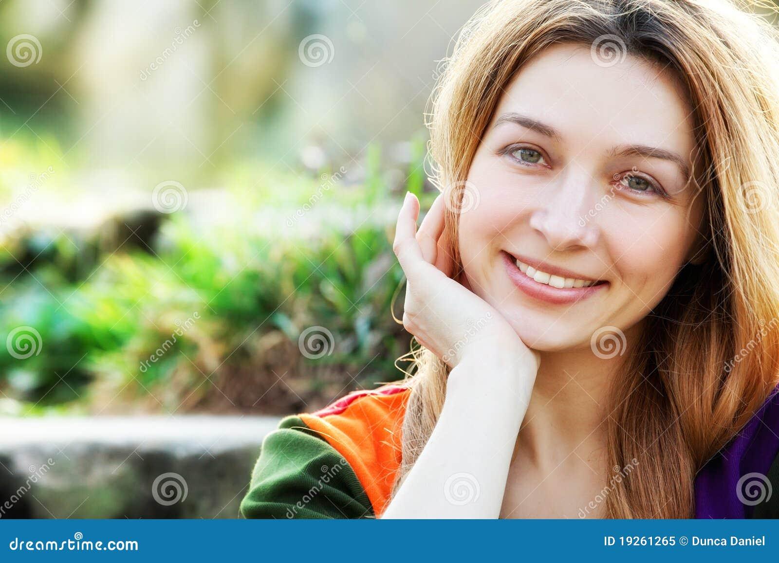 Uma mulher nova feliz ao ar livre
