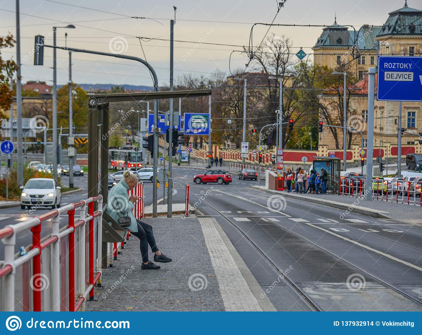 Uma mulher que espera o ônibus das FO em Praga, Czechia