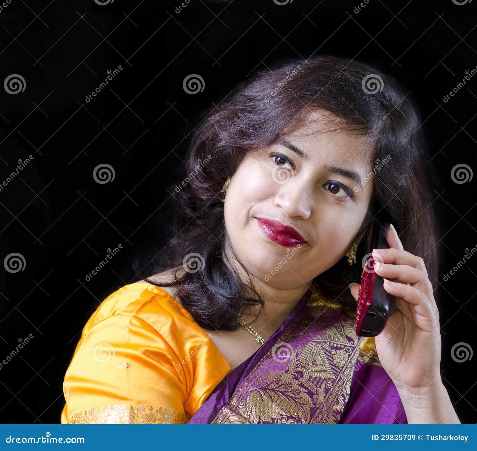 Uma mulher bonita que fala no telefone