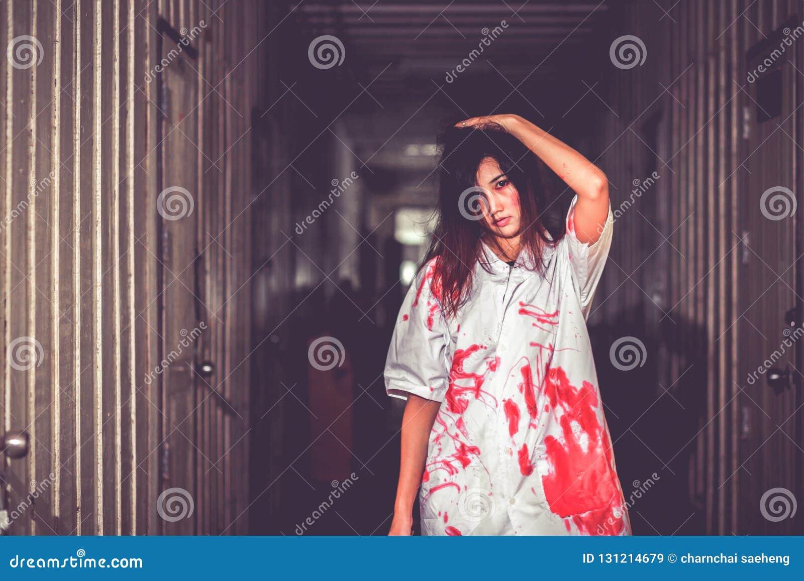 Uma mulher que guarda a faca com sangue, conceito do Dia das Bruxas