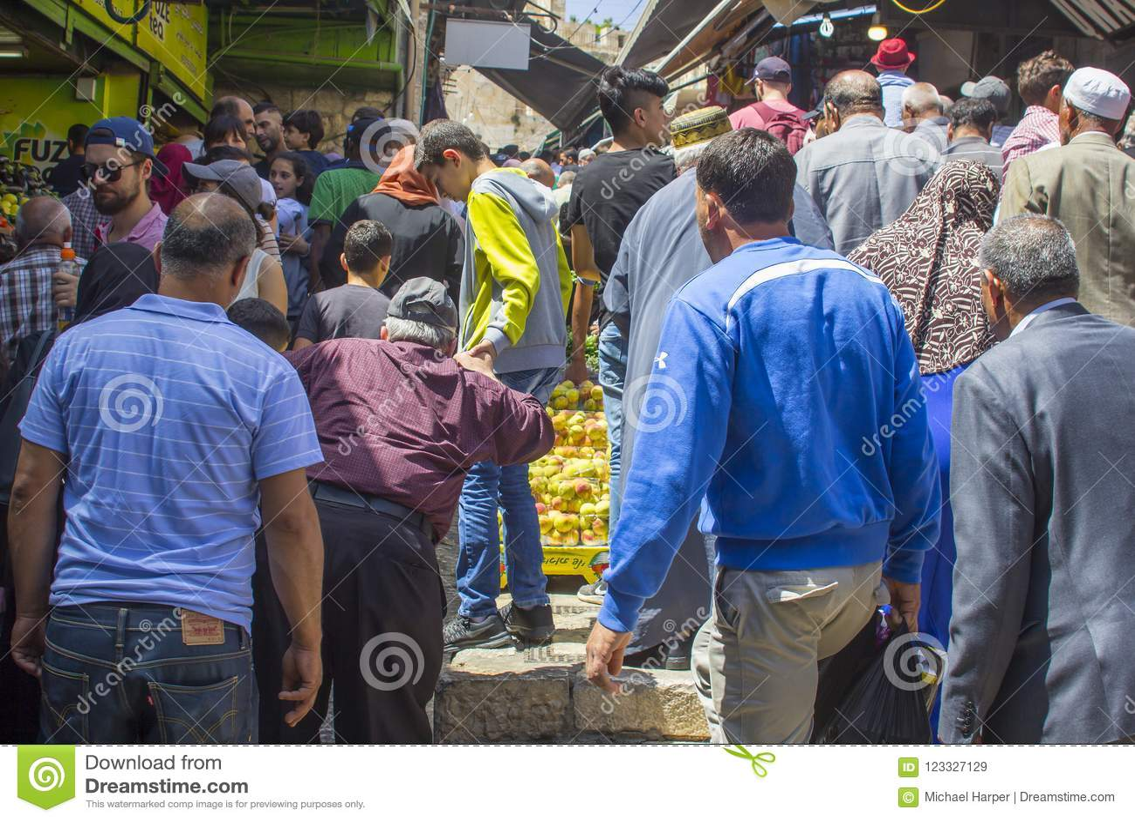 Uma multidão de muçulmanos que respondem à chamada à oração perto da represa