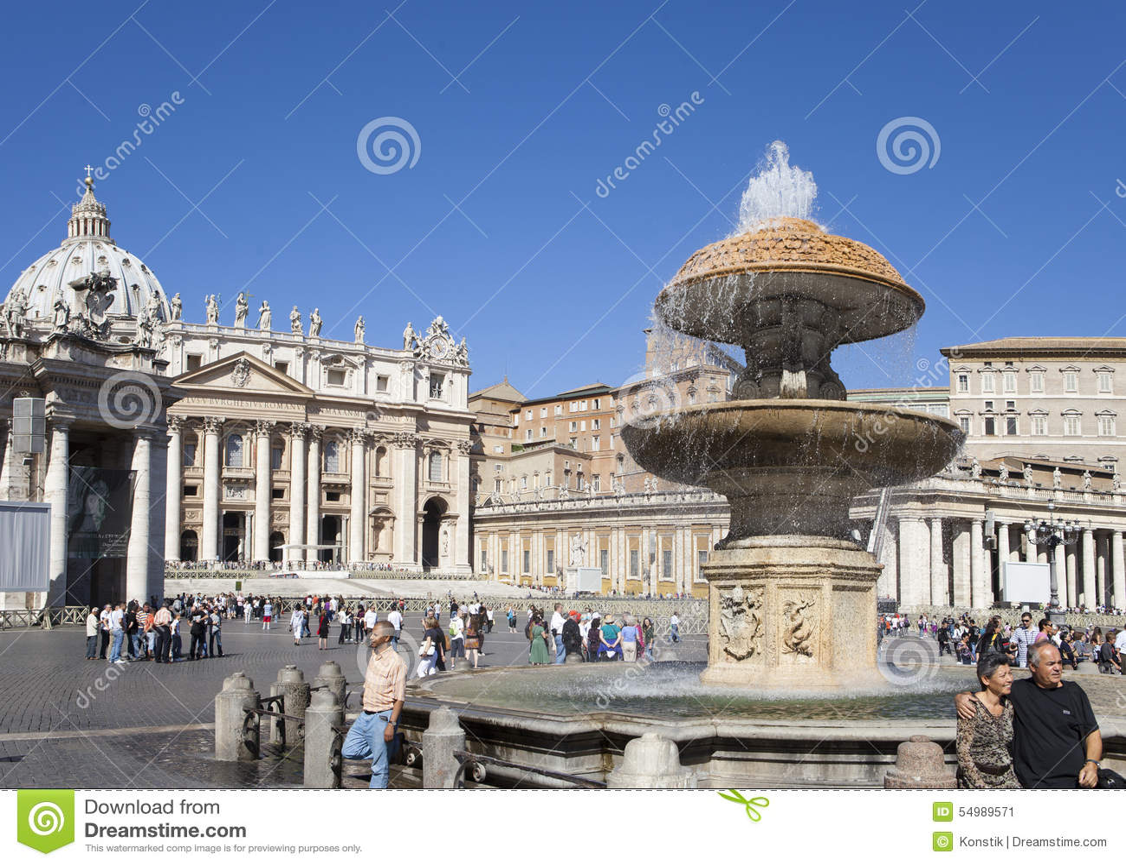 Uma multidão de turistas visita o quadrado antes da catedral de St Peter, Roma, Itália o 20 de setembro de 2010 no Vaticano, Roma