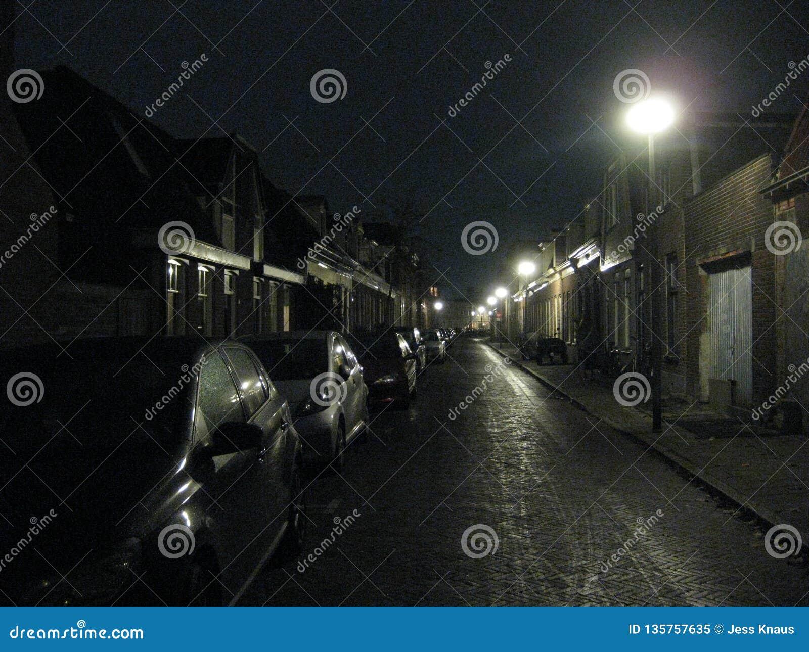 Uma noite torrada nas ruas de Groningen, os Países Baixos