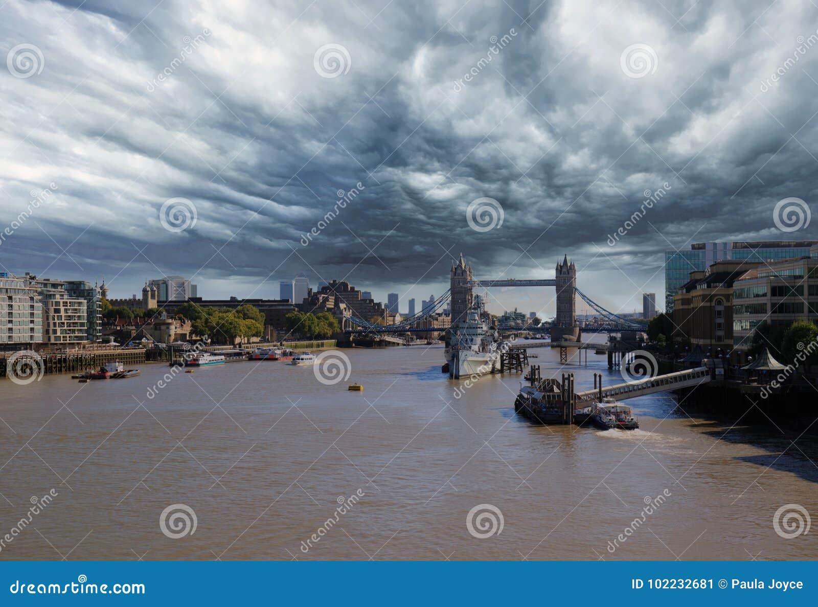 Uma nuvem de tempestade sobre o rio Tamisa com a ponte da torre no fundo