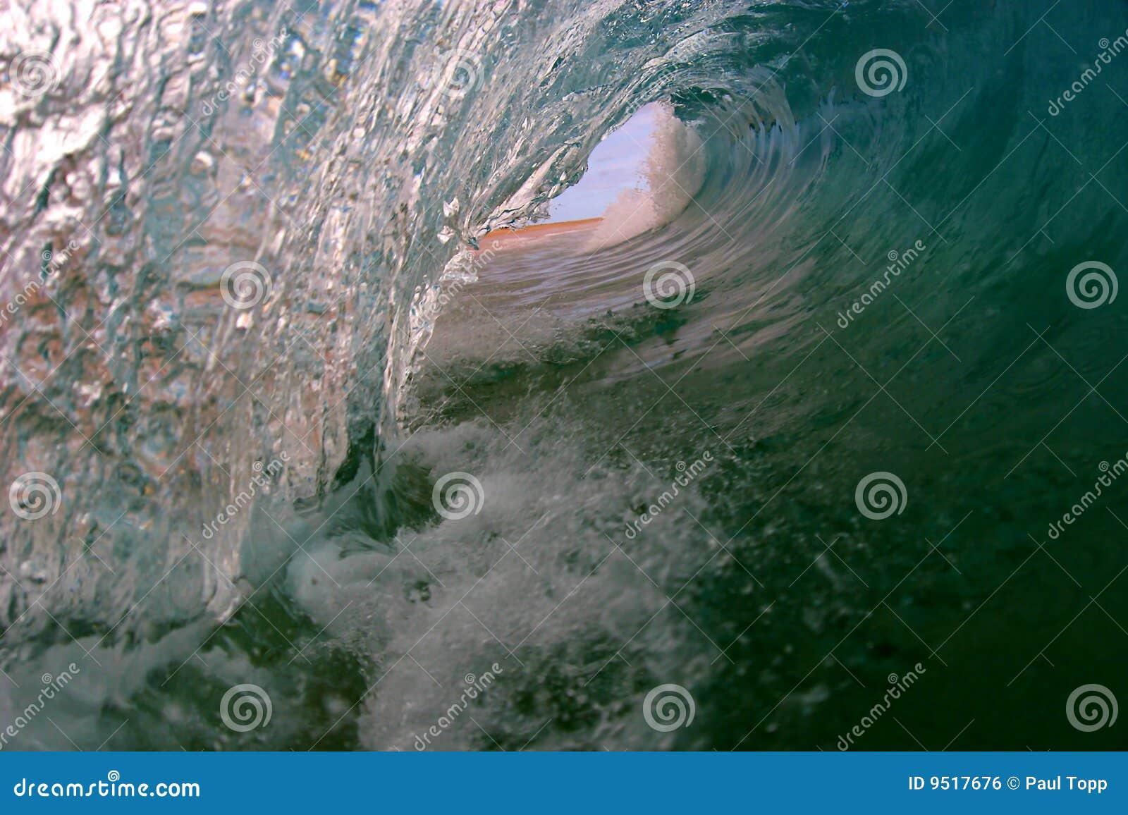 Uma opinião do olho dos surfistas de uma onda
