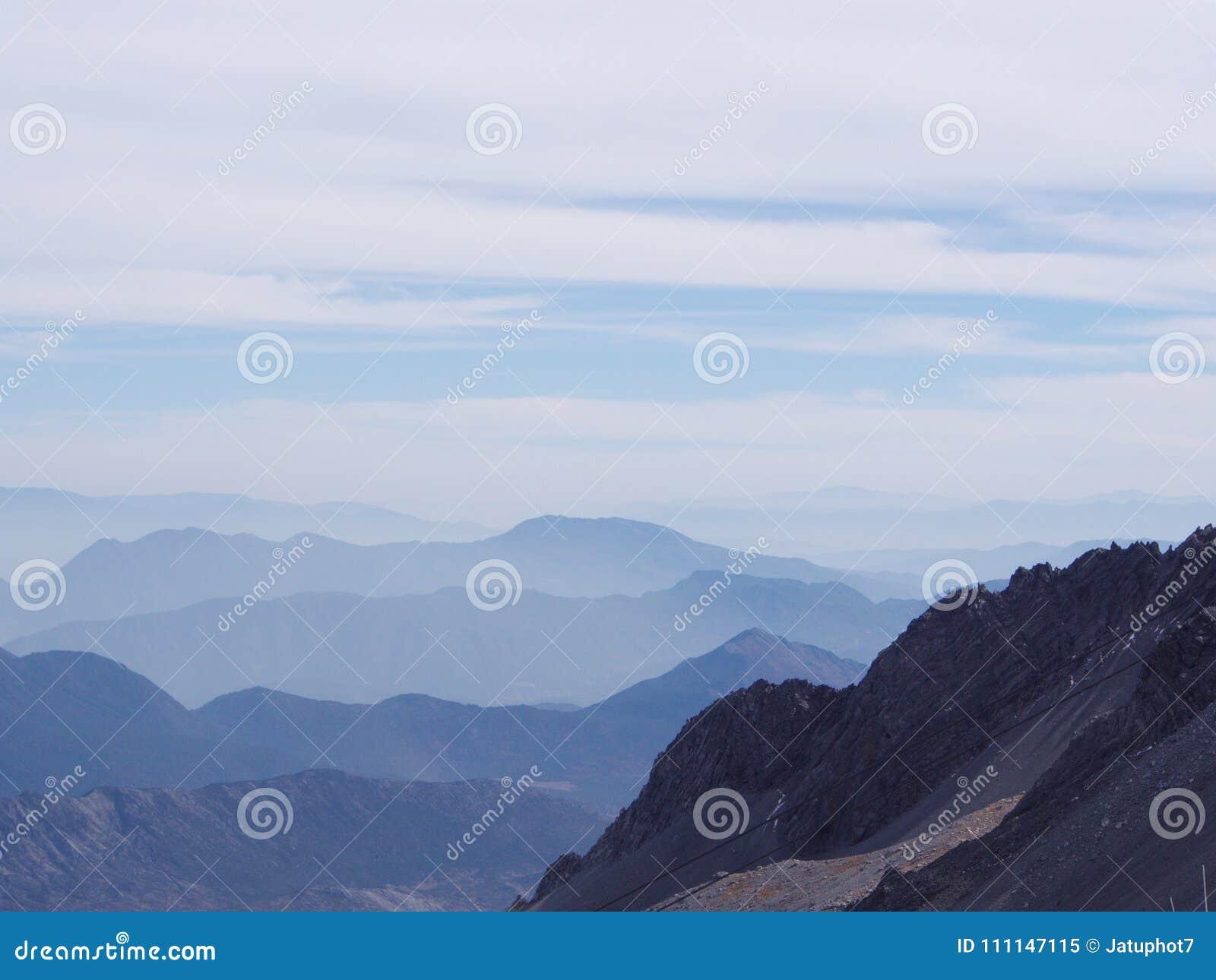 Uma opinião impressionante Jade Dragon Snow Mountain em Lijiang Yunnan P
