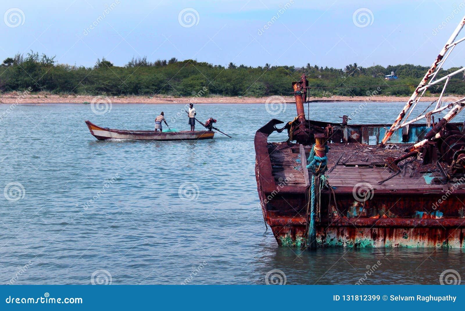 Uma paisagem do arasalaru do rio com os barcos velhos e novos perto da praia karaikal