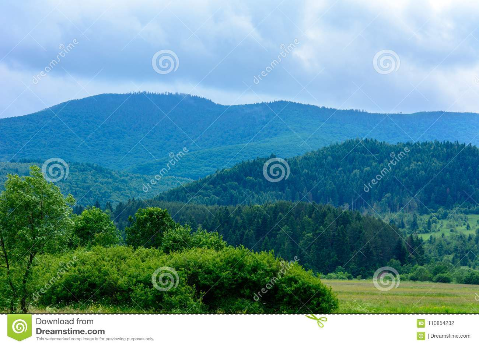 Uma paisagem maravilhosa da vila ucraniana nas montanhas Carpathian
