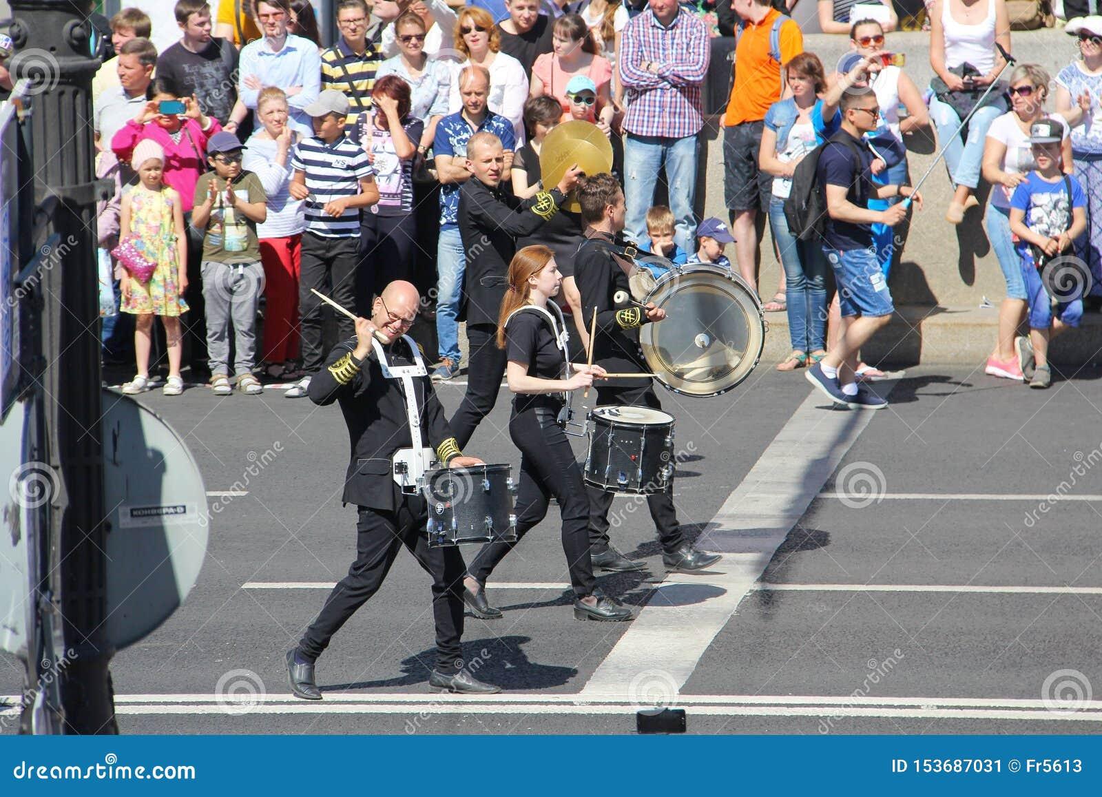 Uma parada dos bateristas St Petersburg R?ssia 27 de maio 2018: Feriado da cidade