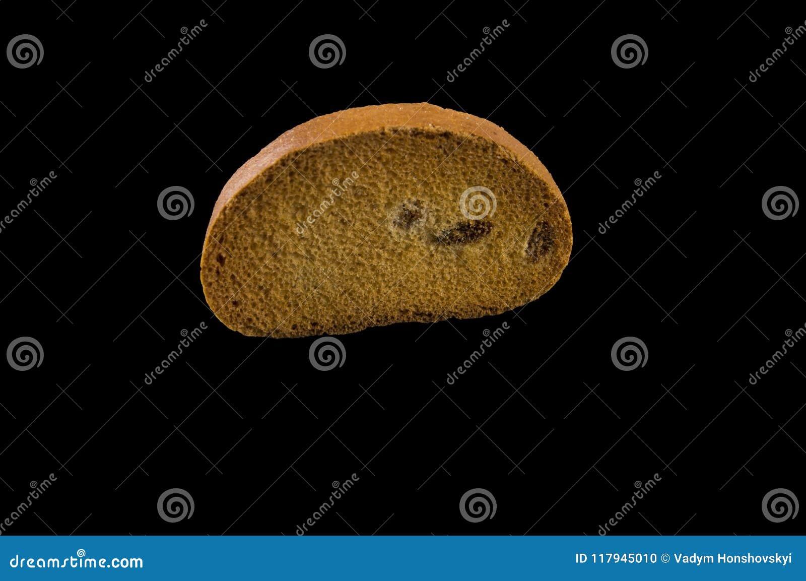 Uma parte de biscoito marrom com passas