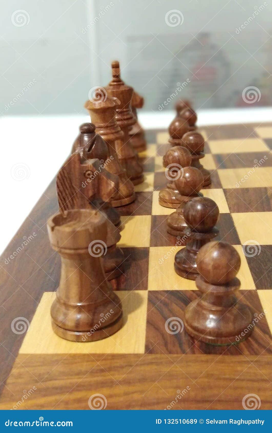 Uma parte de xadrez do preto do lado na placa de xadrez pronta para jogar