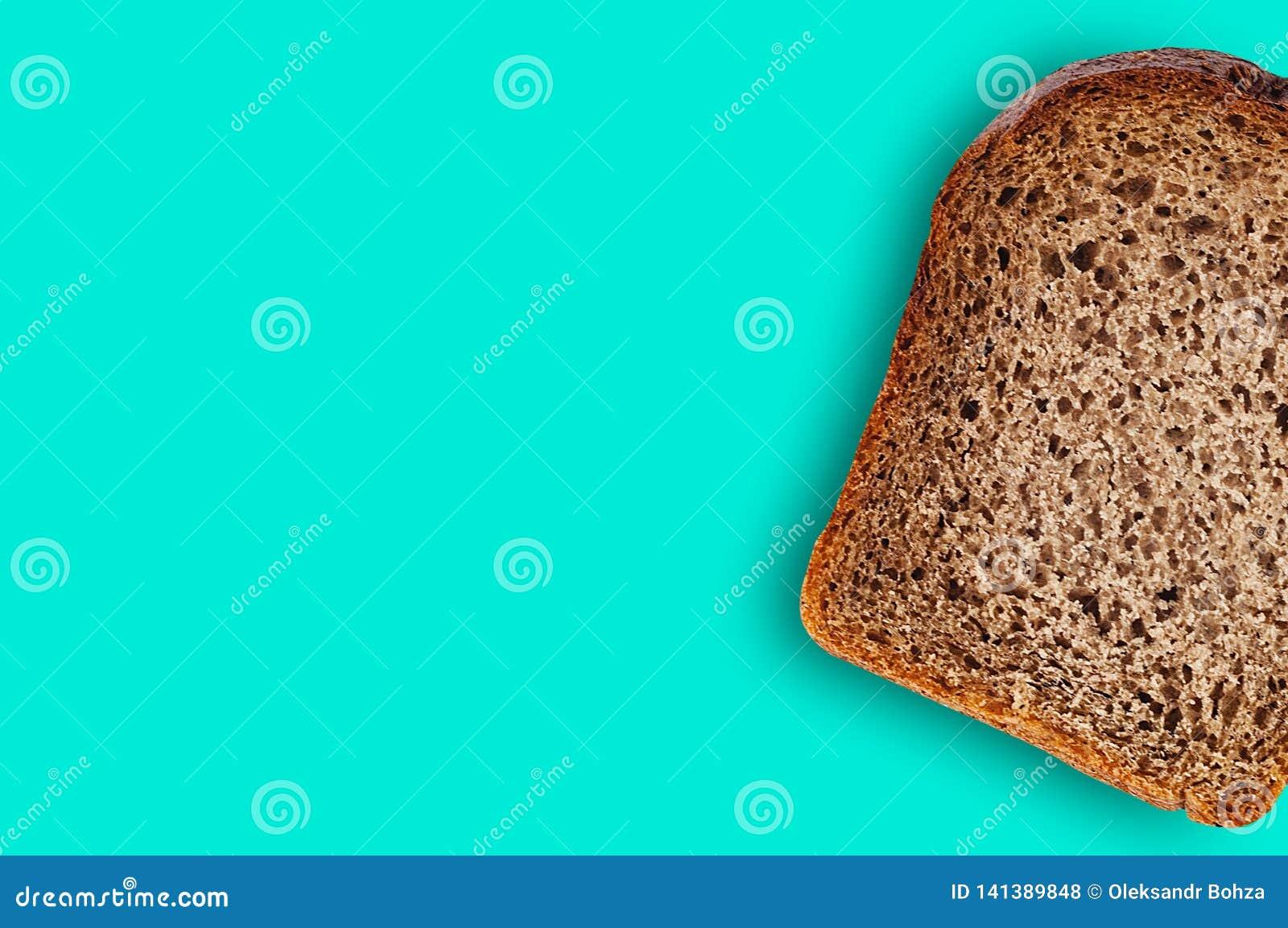 Uma parte do retângulo de pão de centeio fresco na tabela verde na cozinha copie o espaço para seu texto Vista superior
