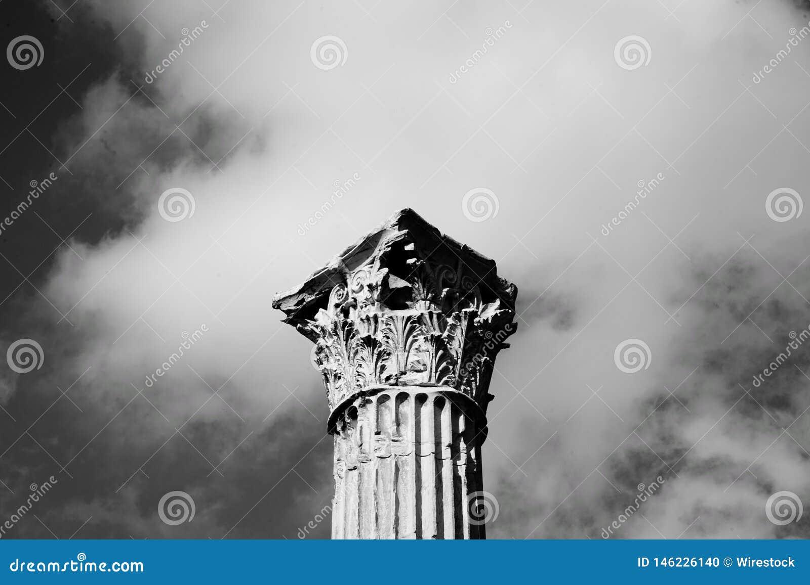 Uma parte superior de uma coluna de pedra alta