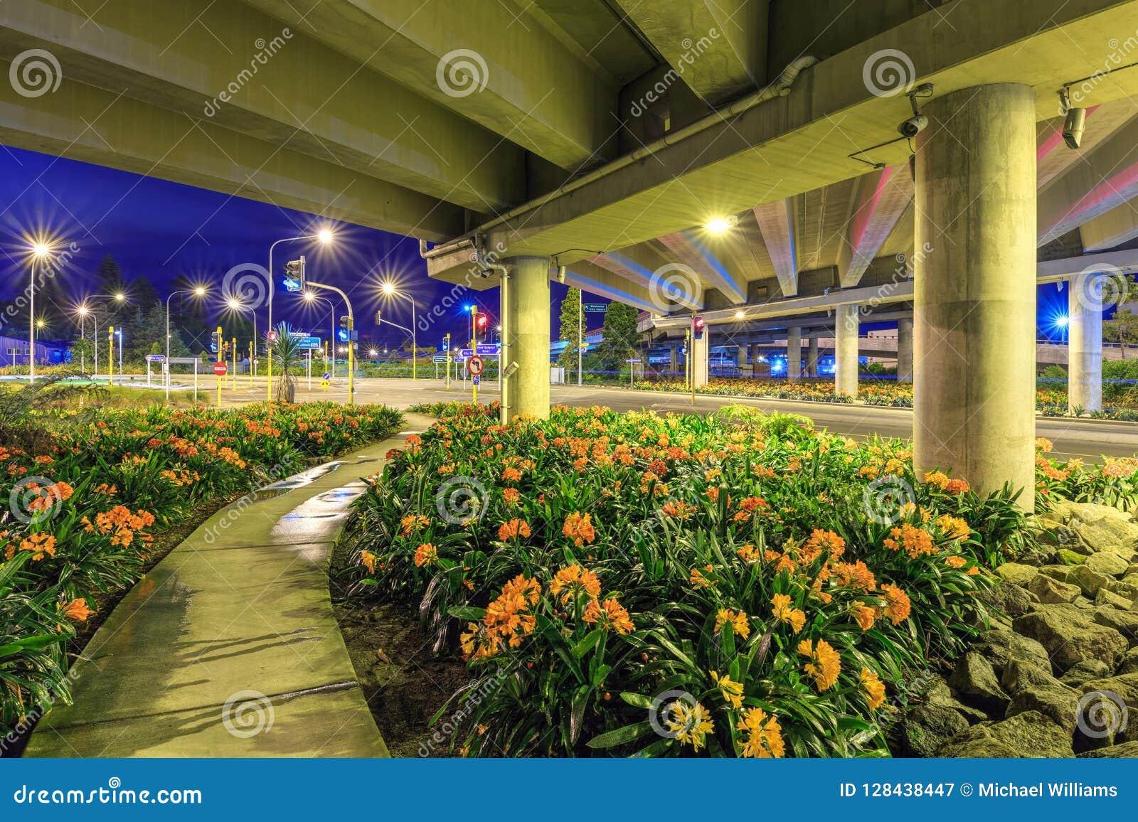 Uma passagem superior da estrada/estrada embelezada com plantas de florescência