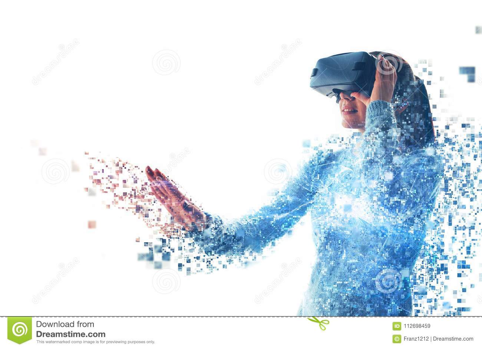 Uma pessoa em vidros virtuais voa aos pixéis A mulher com vidros da realidade virtual Conceito futuro da tecnologia