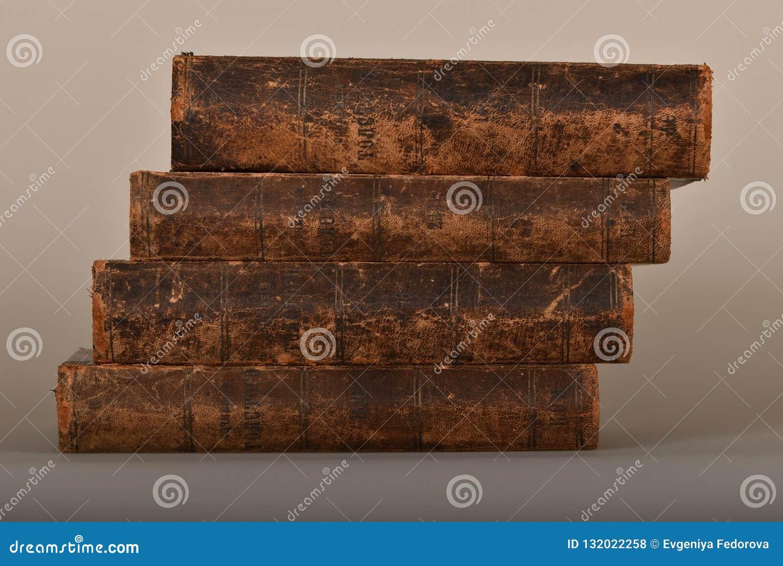 Uma pilha de livros em emperramentos desgastados vintage