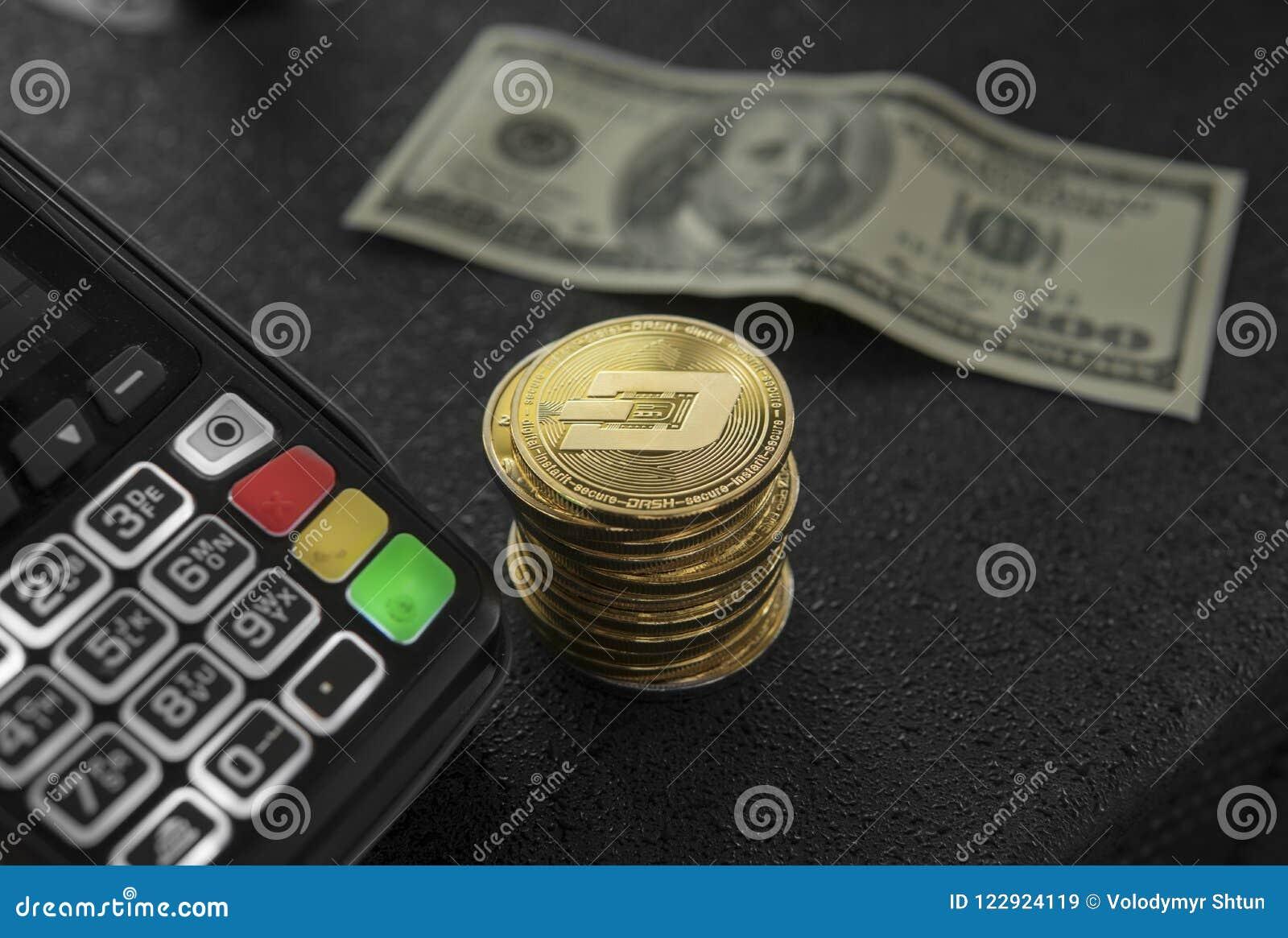 Uma pilha de moedas do traço do ouro e de terminal da posição Cryptocurrency de Bitcoins Comércio eletrônico, negócio, conceito d
