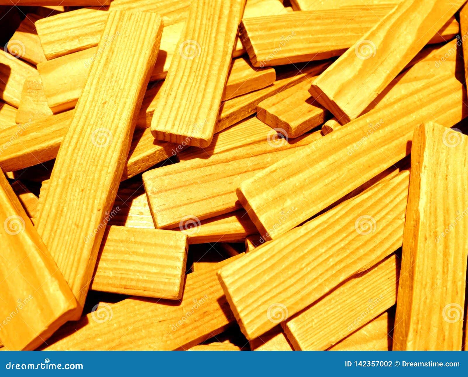 Uma pilha de varas de madeira que um re usado como um reboque para construir construções e outras construções