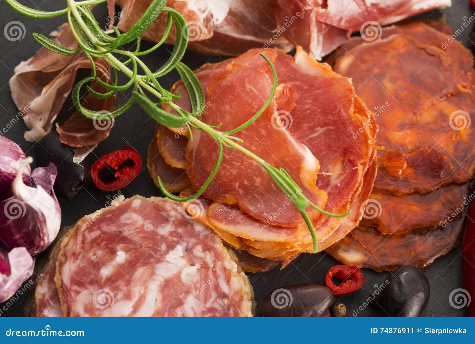 Uma pilha do embutido, do jamon, do chouriço e do em espanhóis diferentes do lomo