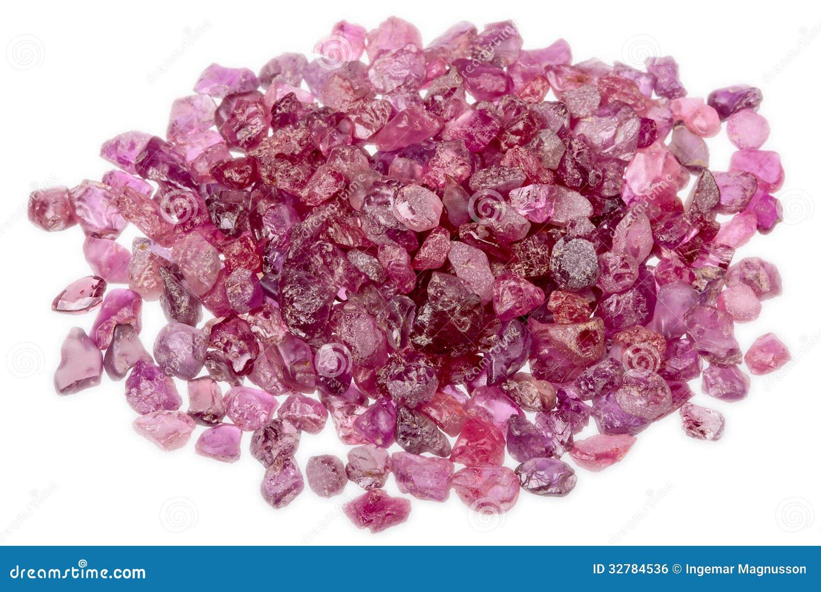 Uma pilha do rubi vermelho cor-de-rosa sem cortes áspero