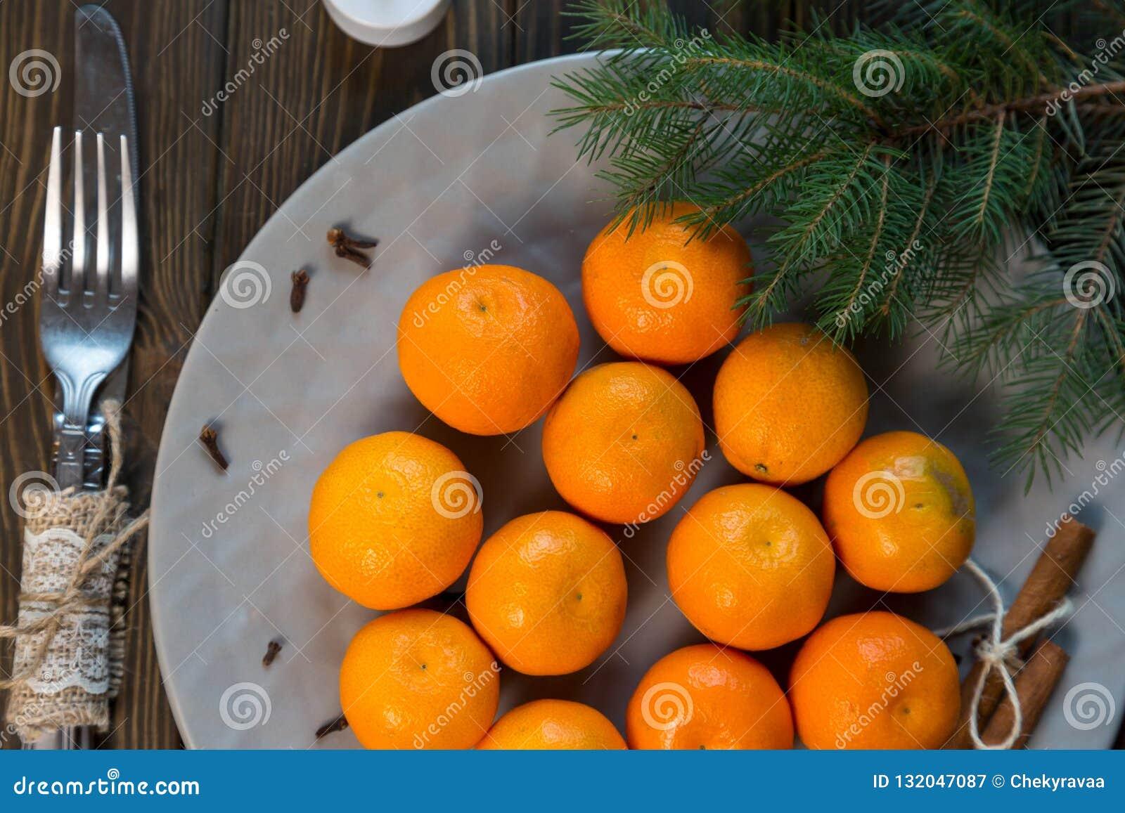Uma placa das tangerinas fica na tabela de madeira