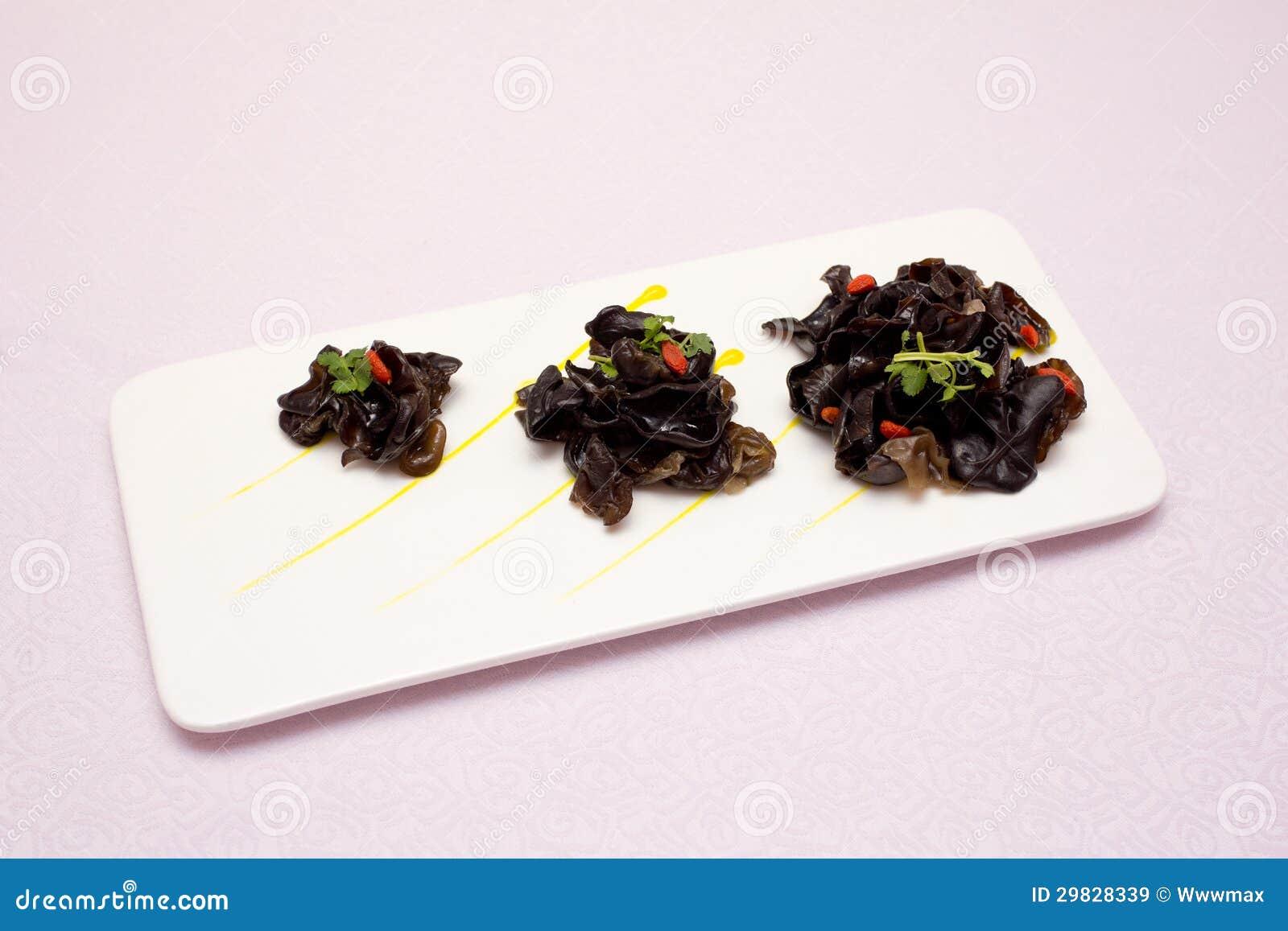 Uma placa de cogumelos pretos