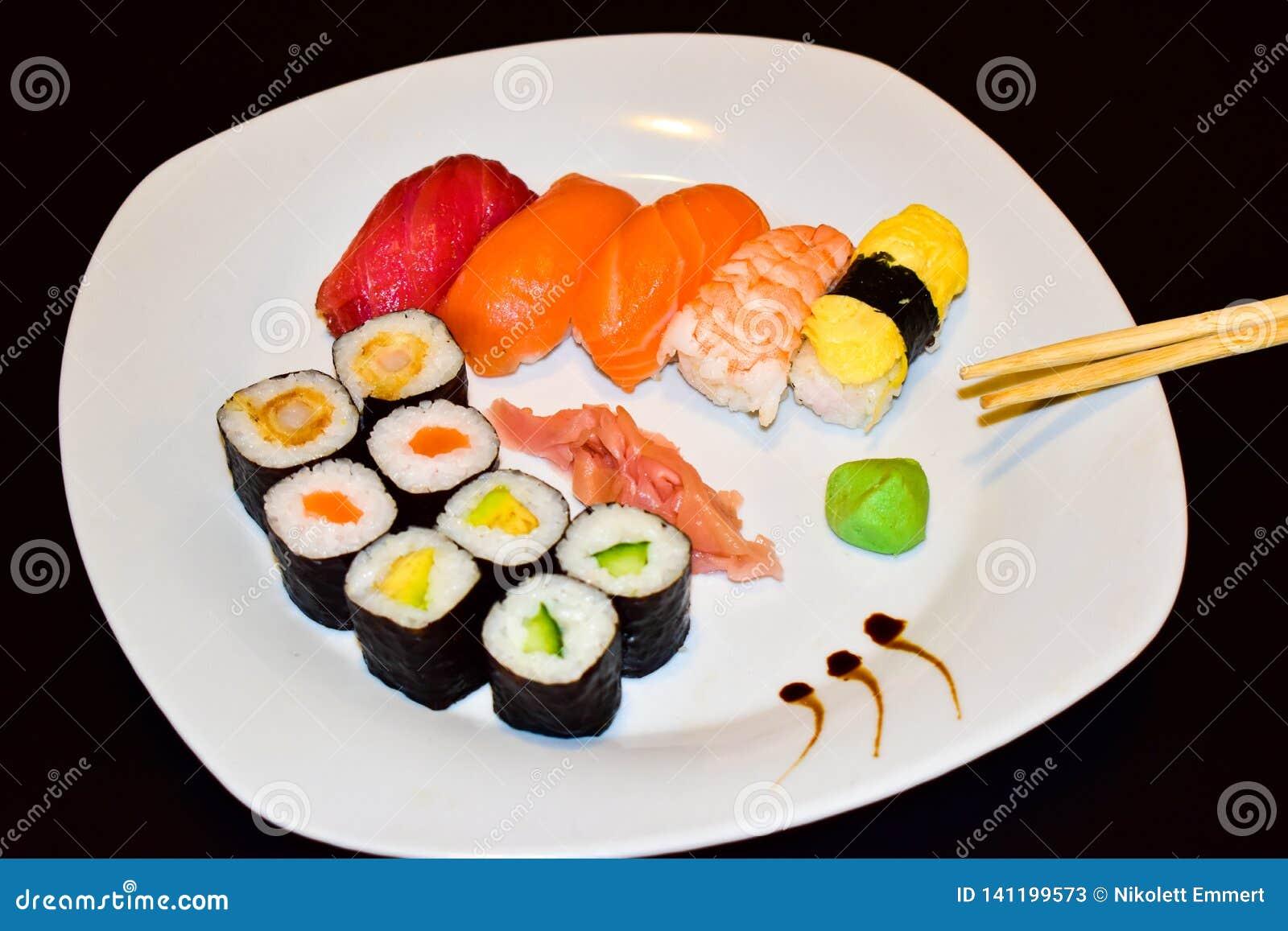 Uma placa do sushi selecionado do maki e do nigiri