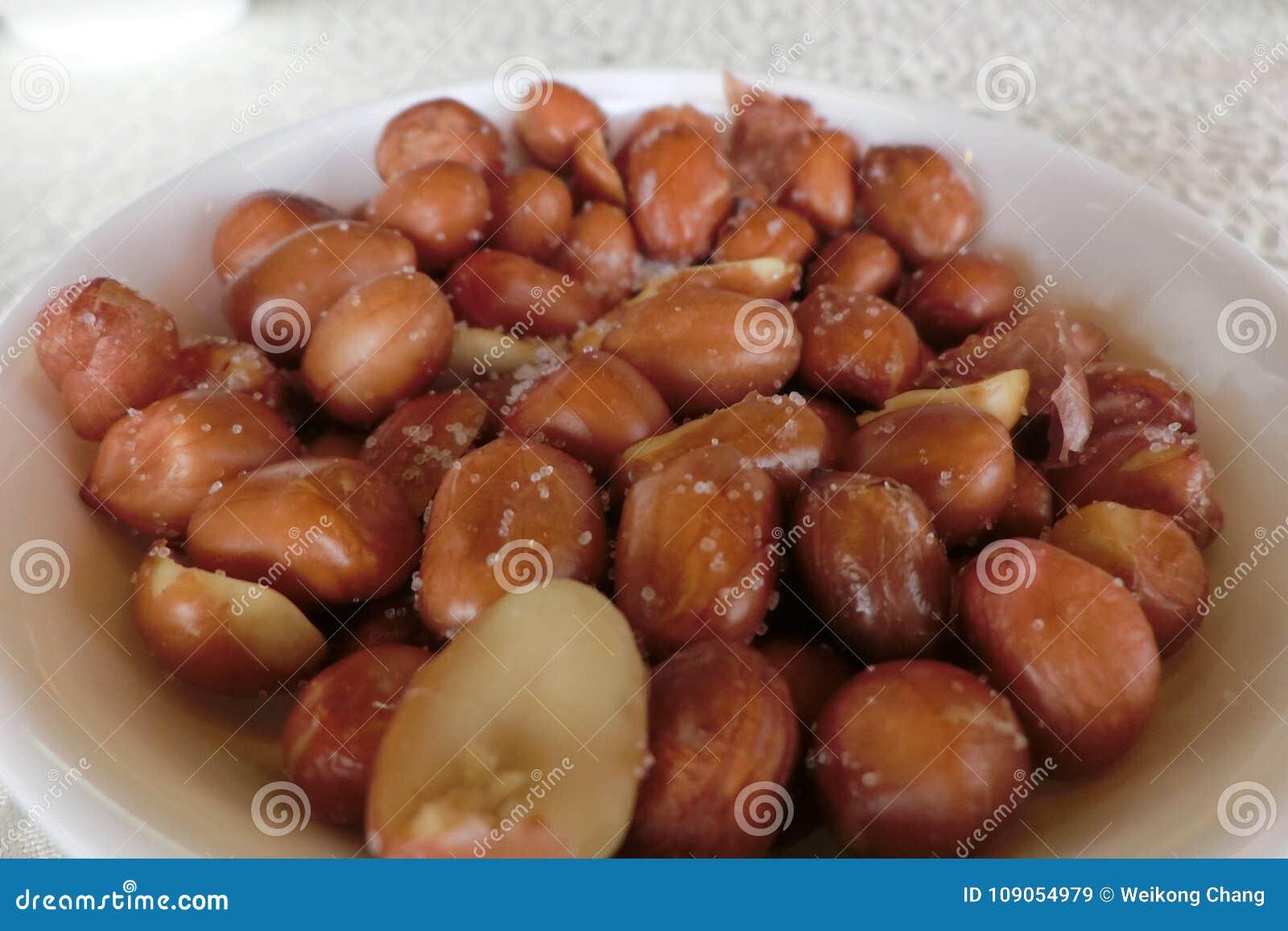 Uma placa dos amendoins com sais
