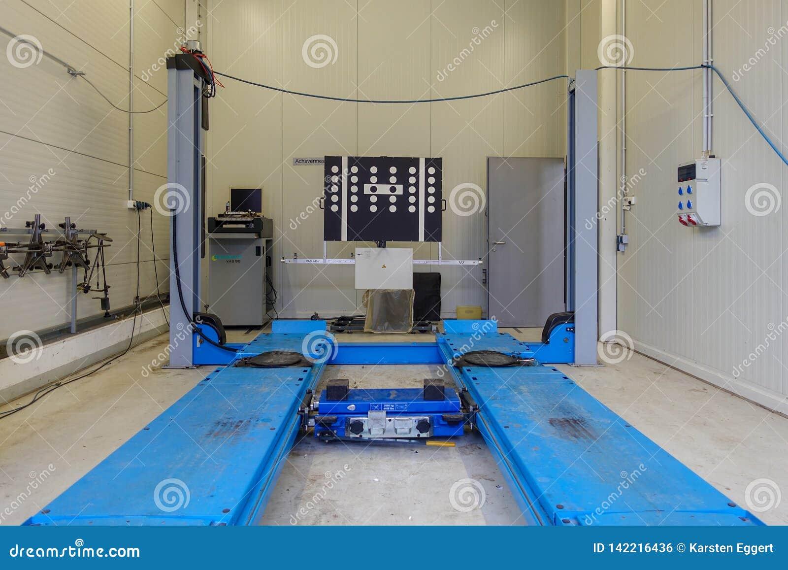 Uma plataforma de levantamento em uma oficina de reparações do carro