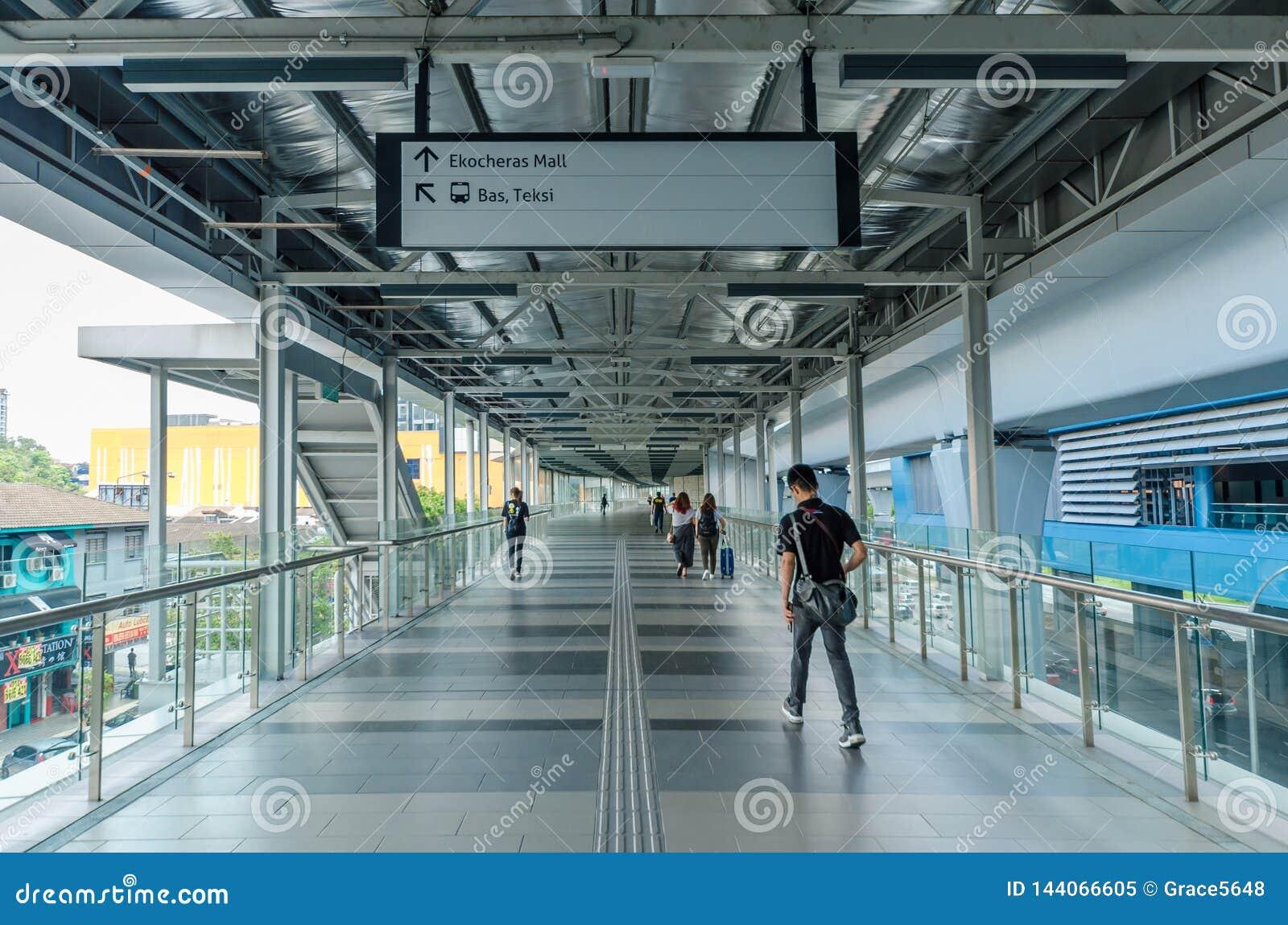 Uma ponte da relação conecta a alameda de Eko Cheras diretamente à estação do MRT Taman Mutiara