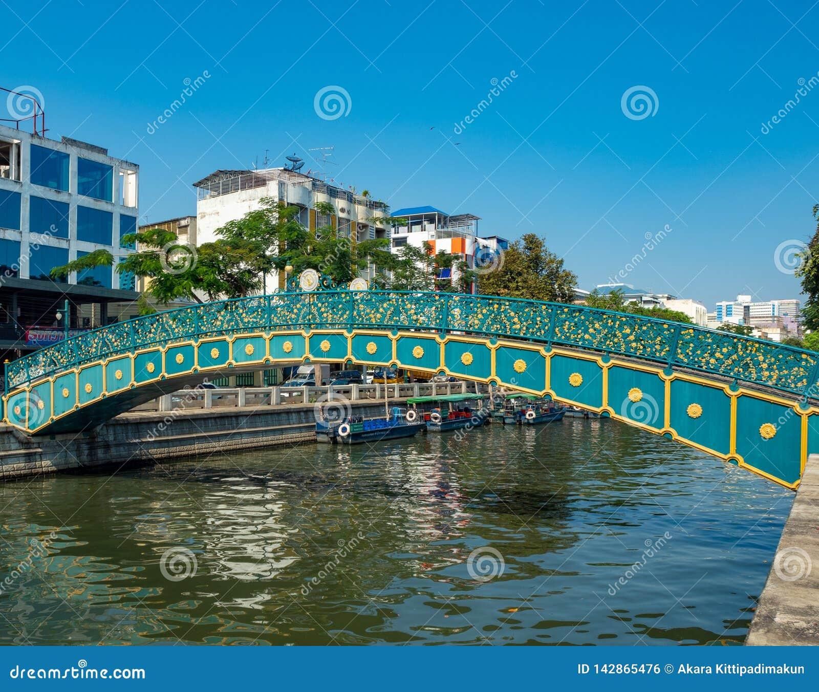 Uma ponte verde bonita sobre o canal