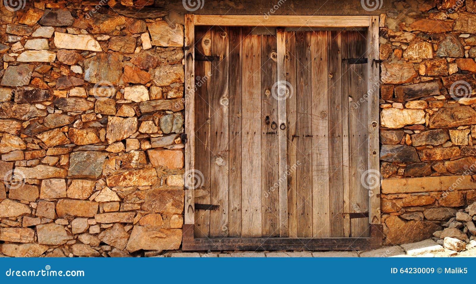 Uma porta de madeira velha