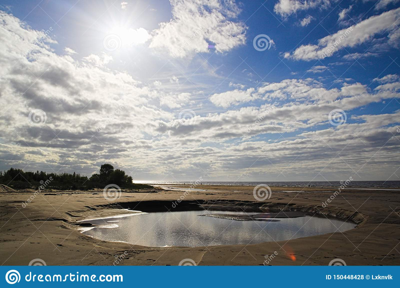 Uma praia de tamanho médio da poça da água