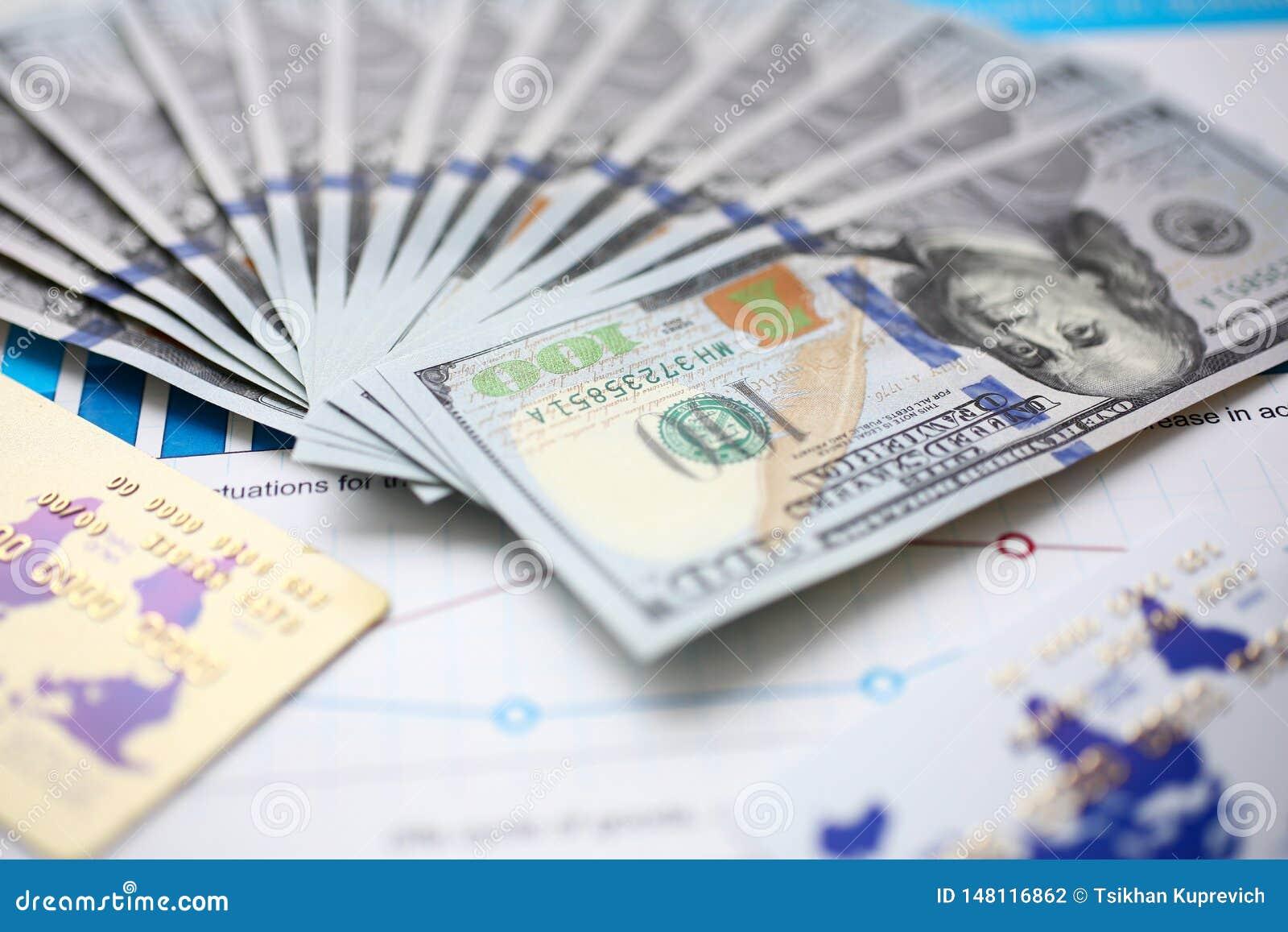 Uma quantidade grande de moeda dos E.U. em gráficos financeiros das estatísticas
