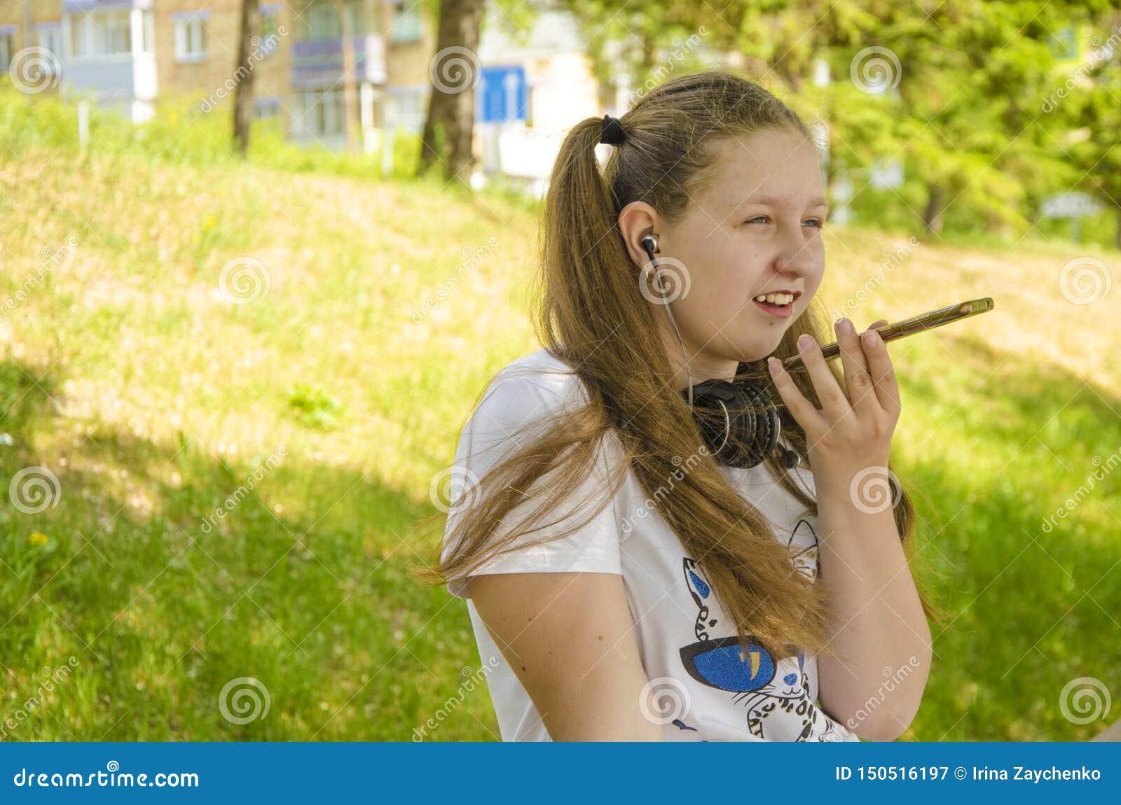 Uma rapariga que fala no telefone