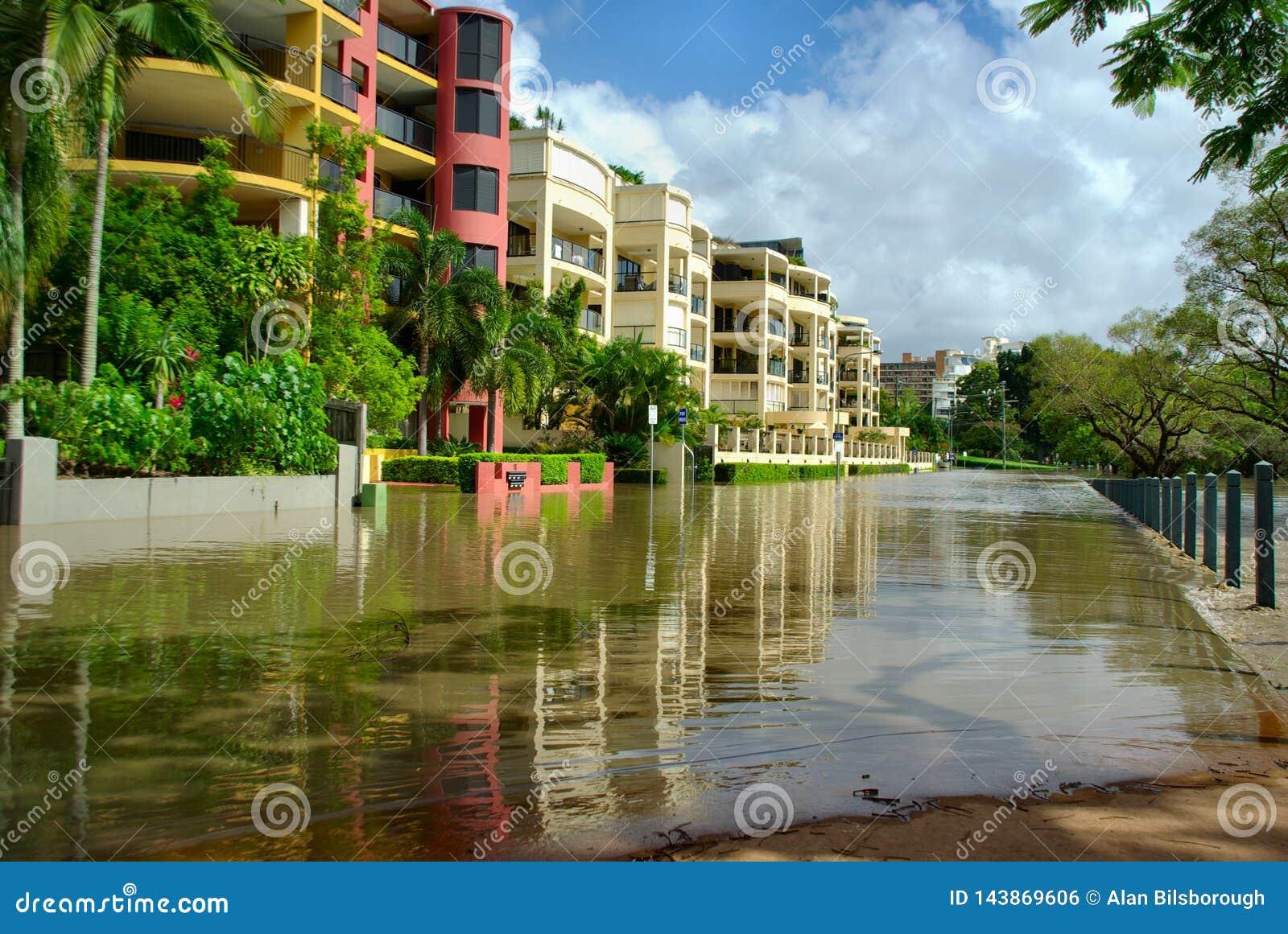 Uma rua é submergida quase completamente nas inundações 2010-11 de Brisbane