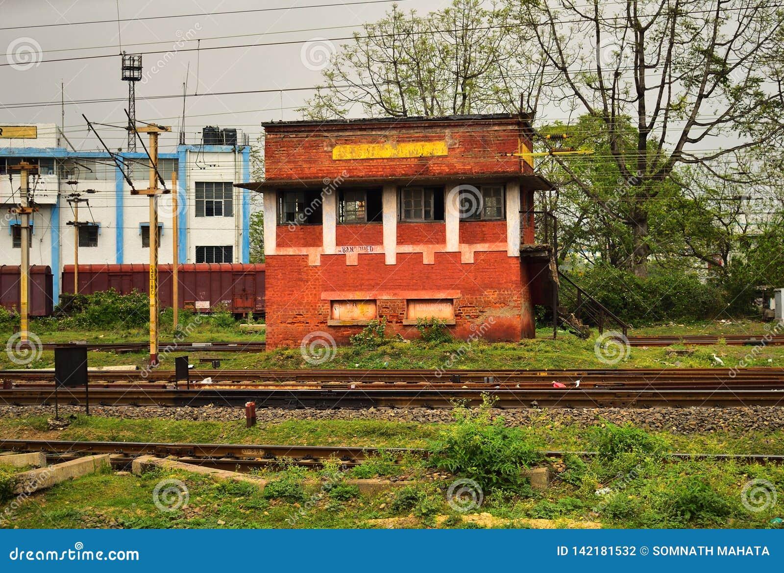 Uma sala de comando velha do sinal de tráfego da estrada de ferro que seja trabalho da parada